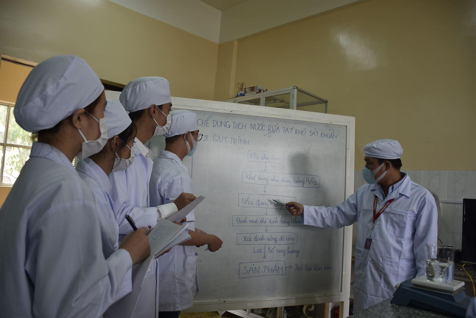 Trường Đại học Yersin Đà Lạt điều chế nước rữa tay khô sát khuẩn