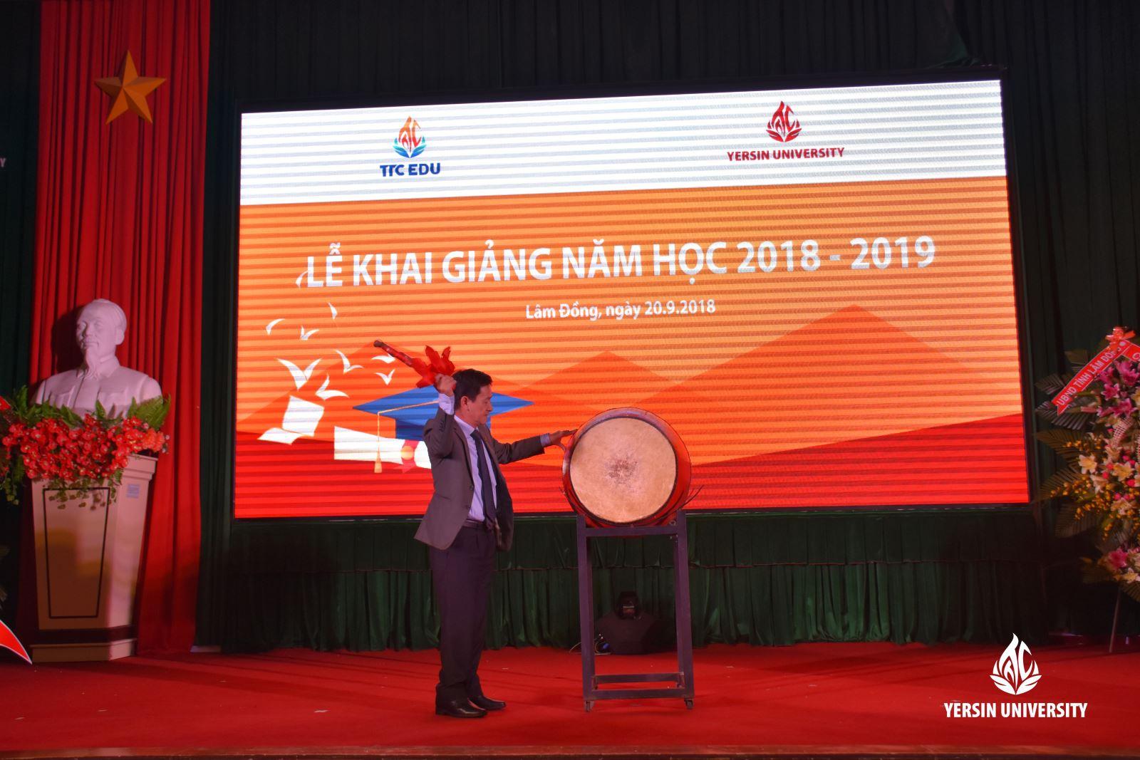 Ông Phan Văn Đa - Tỉnh ủy viên, Phó Chủ tịch UBND tỉnh Lâm Đồng đánh trống khai giảng