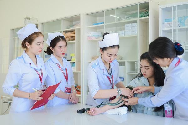 Nghề y sĩ hay điều dưỡng đều làm các công việc chăm sóc sức khỏe cho người bệnh