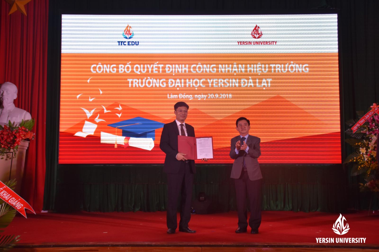 Ông Phan Văn Đa - Tỉnh ủy viên, Phó Chủ tịch UBND tỉnh Lâm Đồng trao Quyết định công nhận Hiệu trưởng trường Đại học Yersin Đà Lạt cho TS. Phạm Đình Trung