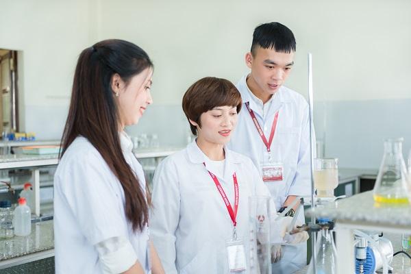 Bên cạnh học lý thuyết tại giảng đường, sinh viên được thực hành thực tế tại hệ thống các phòng thí nghiệm