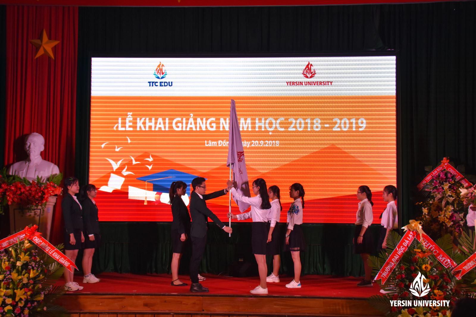Nghi thức trao cờ truyền thống của sinh viên Yersin