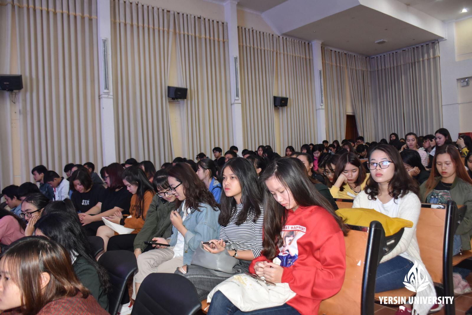 Sinh viên tham dự buổi chia sẻ