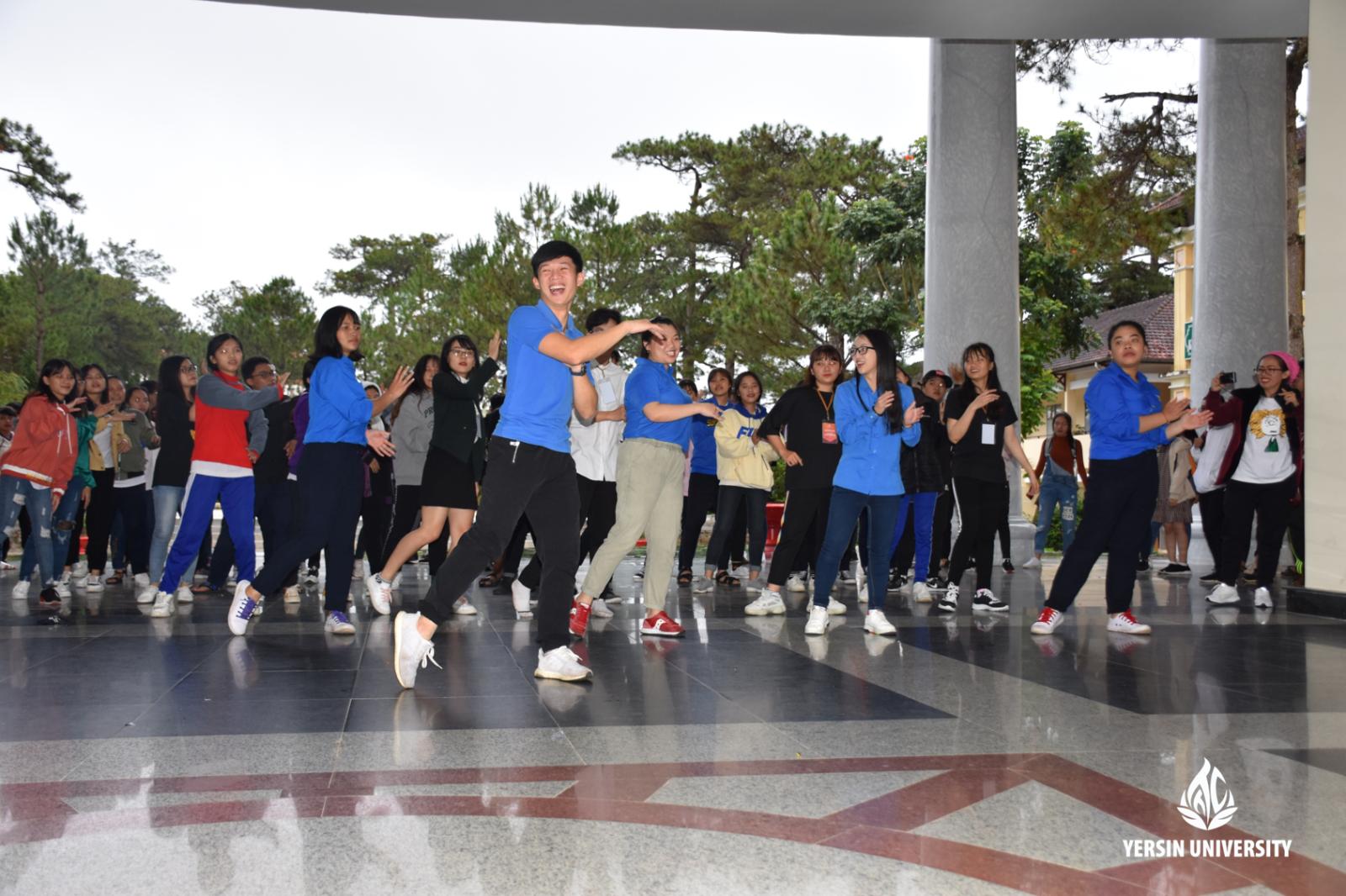 Các bạn học sinh tham Team building và nhảy dân vũ cùng các anh chị sinh viên