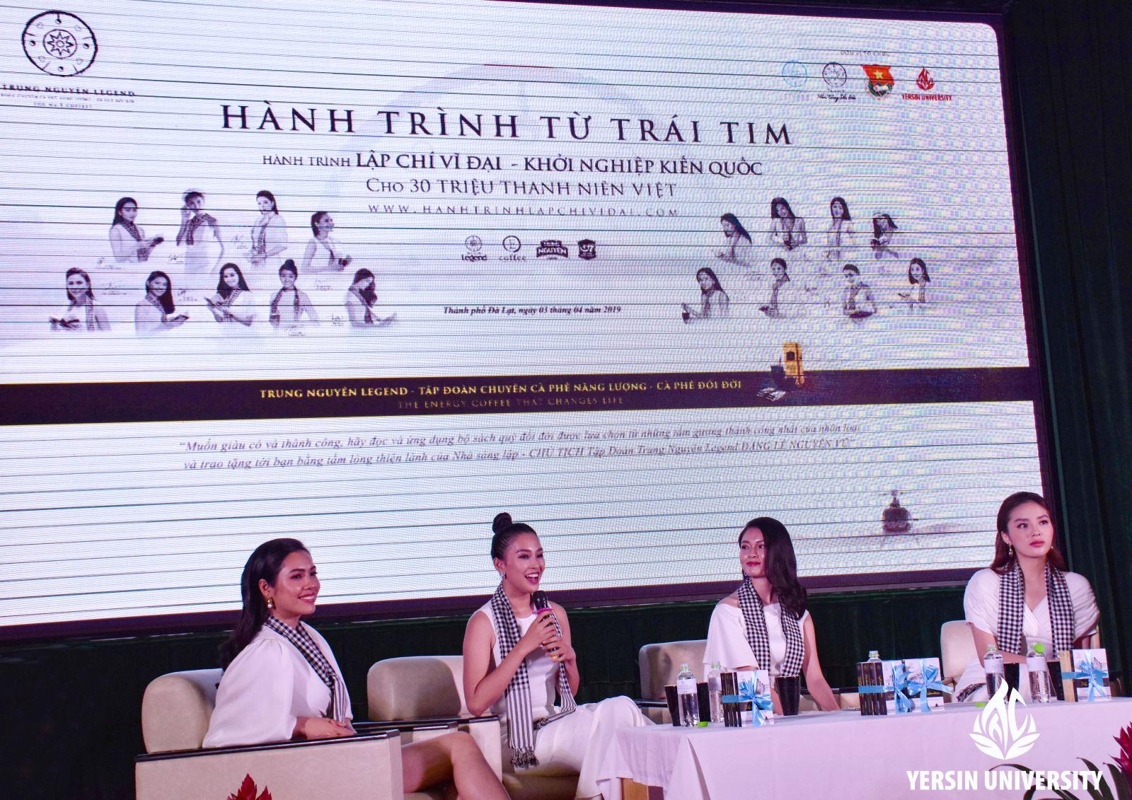 Hoa hậu Tiểu Vy chia sẻ với sinh viên tại chương trình